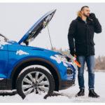 homme devant un t-roc dans la neige